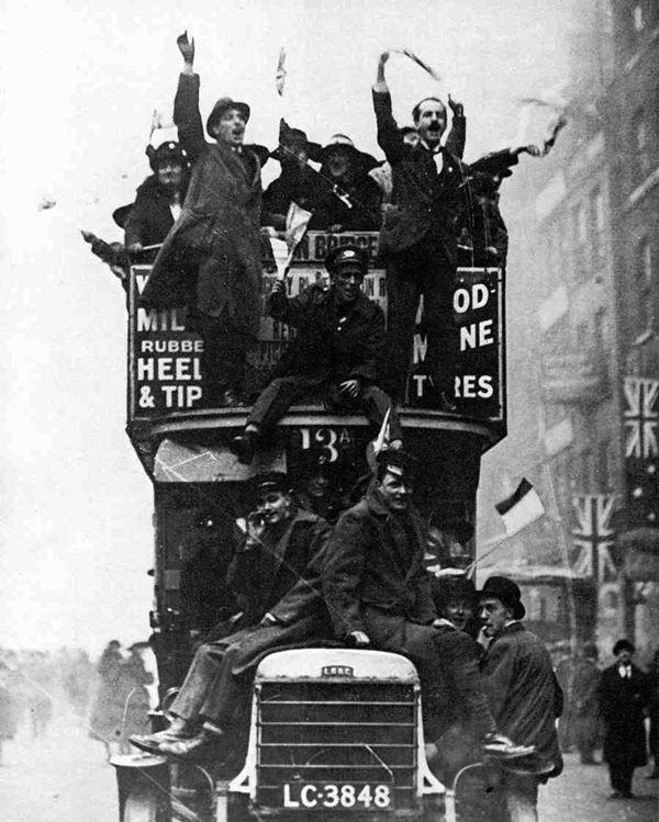 Londoni elanikud rõõmustavad sõja lõppemise üle